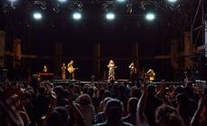 El minimalismo de Amaral y su banda hace grande el escenario