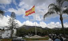 Izada de bandera en homenaje a las víctimas del coronavirus en Marbella