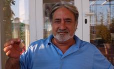 Un vecino de San Pedro recupera la medalla de su padre fallecido tras años desaparecida