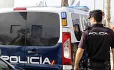 Intervienen en Estepona un arma de fuego en un control policial a un coche que se dio a la fuga