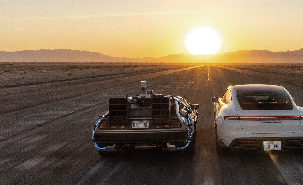 El duelo de energía entre el Taycan y el DeLorean de 'Regreso al Futuro'