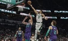 Los Celtics de un estelar Tatum endosan la primera derrota a los Hornets