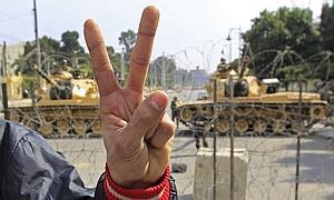 Mubarak y su familia abandonan El Cairo