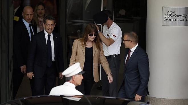 Bruni aterriza en Barcelona acompañada de Sarkozy