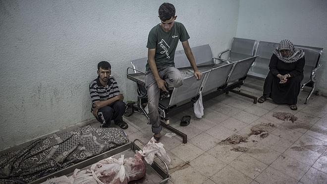 Israel rompe la tregua y deja 17 muertos al bombardear el mercado principal de Gaza