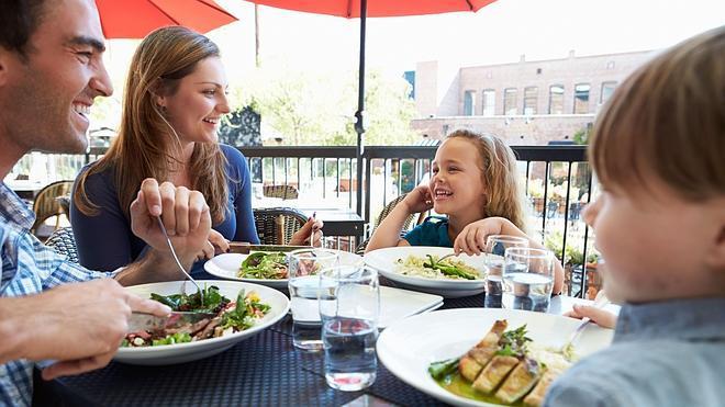 Ocho de cada diez familias destinan parte de sus ingresos a comer fuera