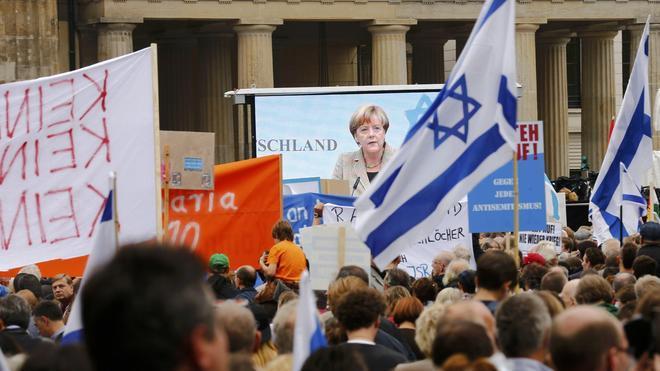 Merkel insta a levantarse contra el antisemitismo
