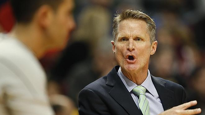 Curry y Thompson mantienen imparables a los Warriors de Kerr, que hace historia