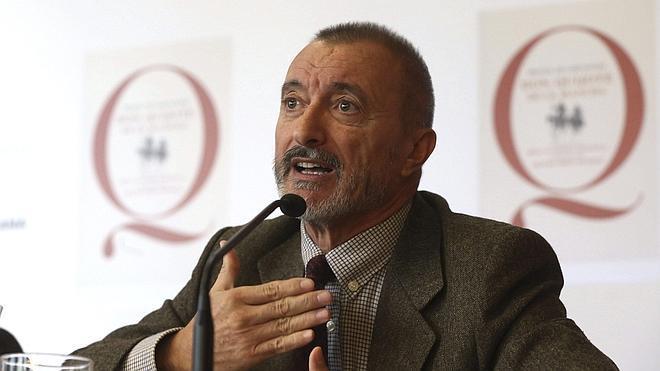 Pérez-Reverte acusa al Gobierno de abandonar a la RAE