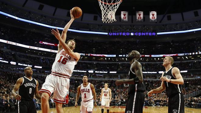 Pau Gasol impone su ley en defensa en una nueva victoria de los Bulls