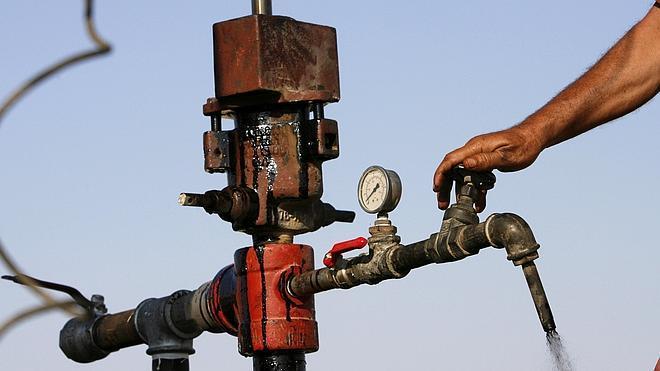 El precio del petróleo baja de 60 dólares por primera vez en cinco años