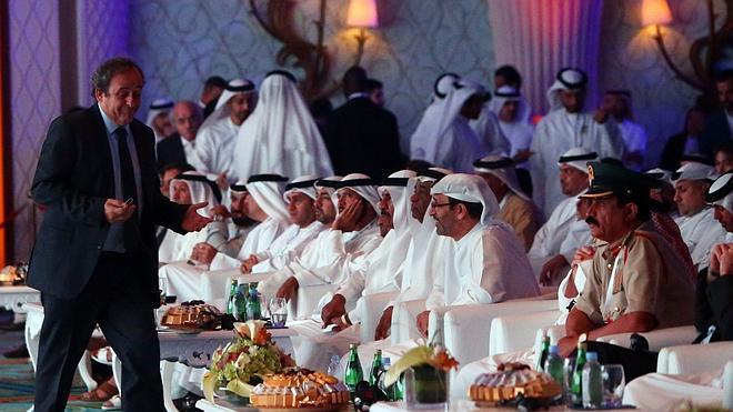 Platini defiende su propuesta de «tarjeta blanca» en Dubái