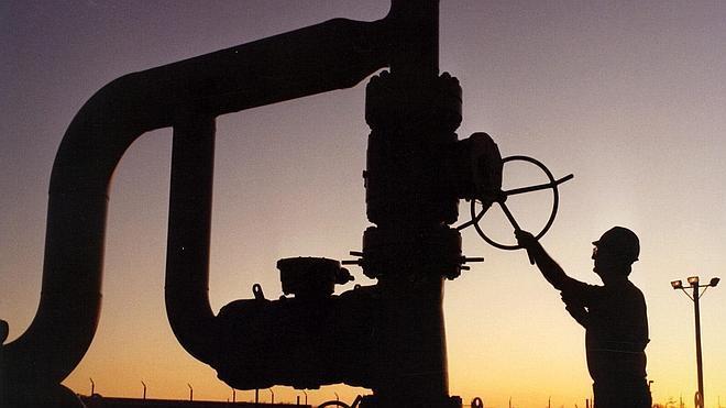 El precio del petróleo baja de 50 dólares por primera vez desde 2009