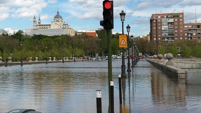 La rotura de una tubería inunda el Puente de Segovia en Madrid