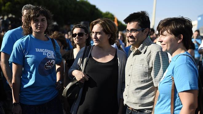 Colau y unas 1.000 personas piden el cierre del CIE de Barcelona