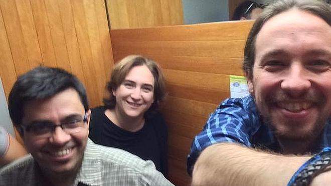 Iglesias y Colau se quedan encerrados media hora en un ascensor del Ayuntamiento de Barcelona