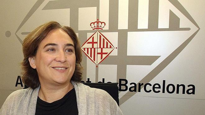 La oposición fuerza a mantener los sueldos de los cargos electos en Barcelona