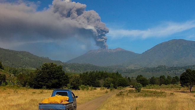 El aeropuerto de Bali, cerrado de nuevo por una erupción volcánica