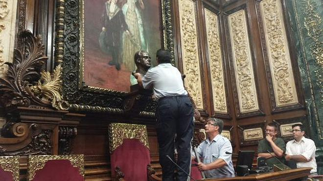 Colau retira el busto del rey Juan Carlos de la sala de Plenos del Ayuntamiento