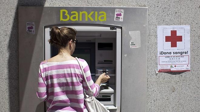 Bankia, Sabadell y Euro 6.000 pactan no cobrar comisiones por el uso de cajeros