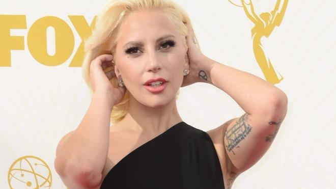Brillo, glamour y mucho calor en la alfombra roja de los Emmy