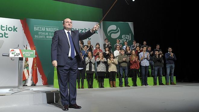 Ortuzar, reelegido presidente del PNV, subraya que no le asusta «entenderse con Madrid»