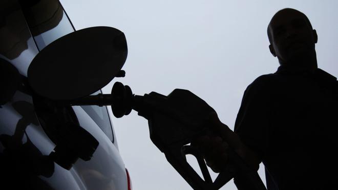 La gasolina y el gasóleo comienzan el verano con sus precios más bajos en seis años