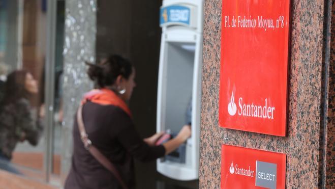 Los grandes bancos triplican la comisión por el uso de sus cajeros al resto de entidades