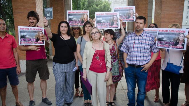 Ana Pastor planta a las víctimas del accidente ferroviario de Santiago de Compostela