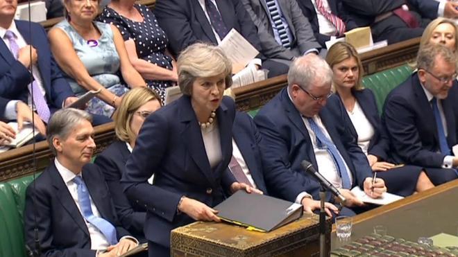 May se ceba con Corbyn en su primer careo parlamentario