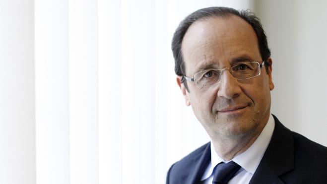 Hollande acusa a un cercano de Carla Bruni de haber filtrado las fotos con Julie Gayet