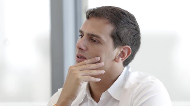 Rivera, sobre las 'llamaditas' entre Sánchez y Rajoy: «No están en una serie de adolescentes»