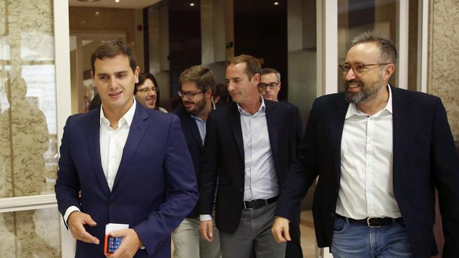 Rivera llama a Fernández para ofrecerse a mediar con el PP