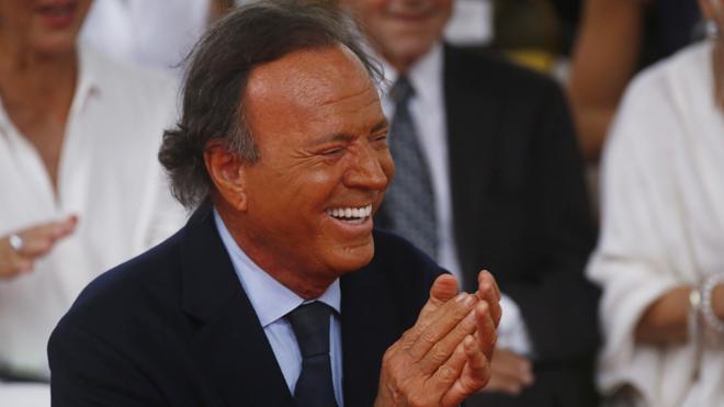 Julio Iglesias dona sus vaqueros a una subasta en favor de los refugiados