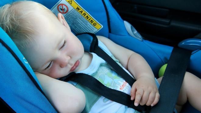 Sillas mal colocadas y cinturones flojos, los errores más comunes en la colocación de los niños en el coche