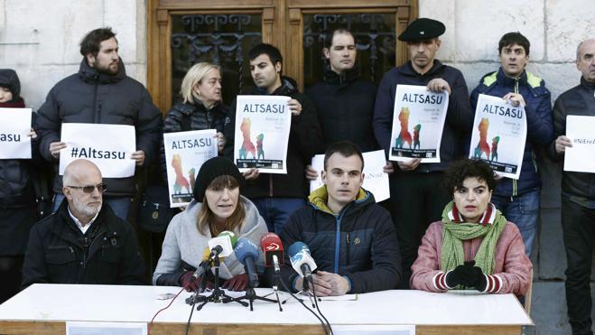 Las parejas de los guardias civiles de Alsasua denuncian el acoso diario de los radicales