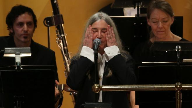 Patti Smith se emociona al interpretar un tema de Dylan, el gran ausente en los Nobel