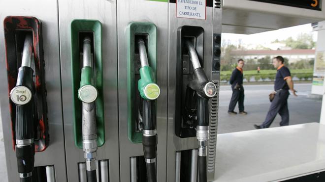 La gasolina y el gasóleo suben un 1,8% y marcan máximos en quince meses