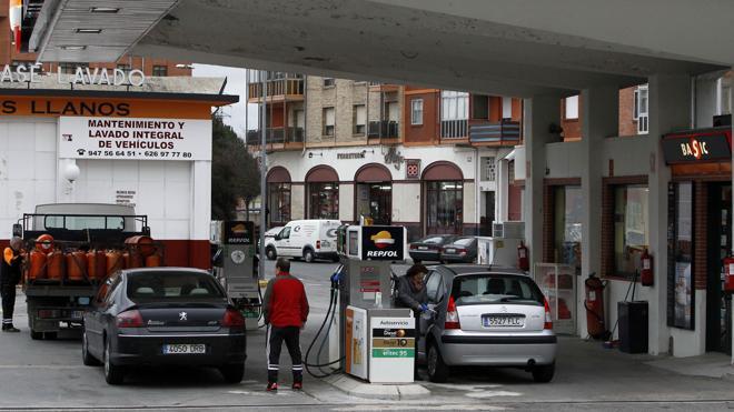 Llenar el depósito del coche es hasta 10 euros más caro que hace un año