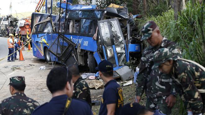 Mueren 13 estudiantes y un conductor de autobús en un accidente de tráfico en Filipinas