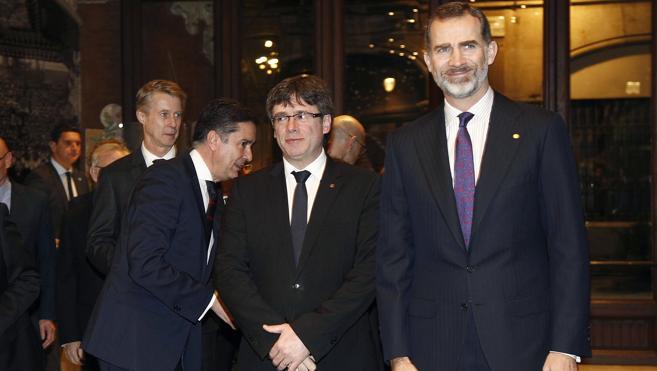 El Rey y Puigdemont se saludan con cordialidad en su encuentro en Barcelona