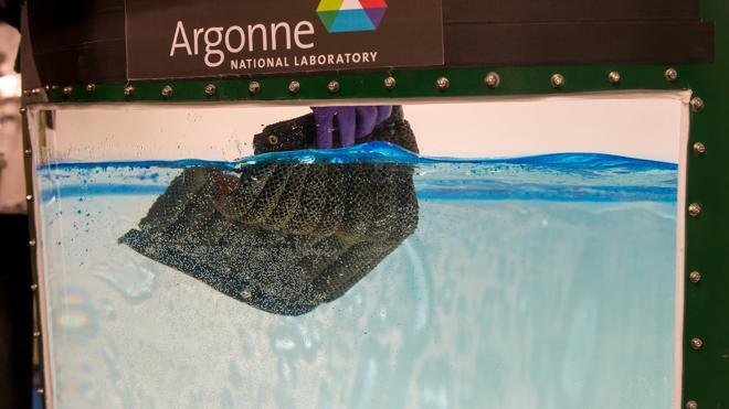 Inventan una esponja reutilizable que absorbe el petróleo y no el agua
