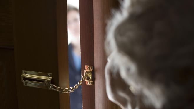 No abrir la puerta, no pagar efectivo y pedir el DNI para evitar timos en casa