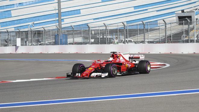 Ferrari pasa a Mercedes por la izquierda