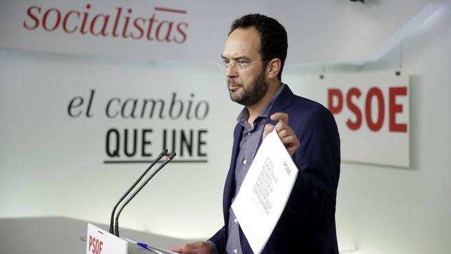 Antonio Hernando dimite como portavoz del grupo parlamentario del PSOE
