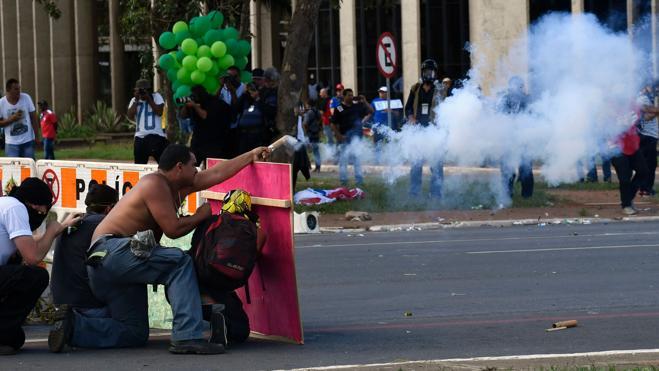 Manifestantes atacan ministerios brasileños en protesta contra Temer