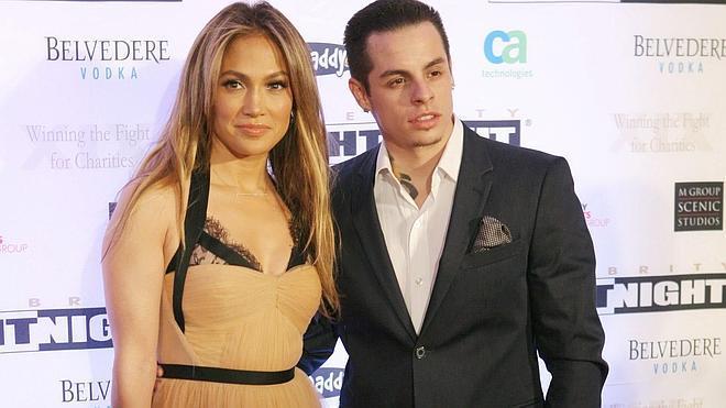 El novio de Jennifer Lopez le es infiel con dos transexuales