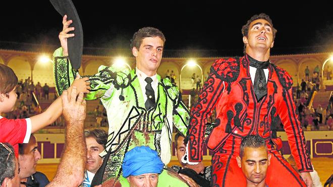 El Fandi indulta un toro en Antequera y Galván le acompaña en la puerta grande