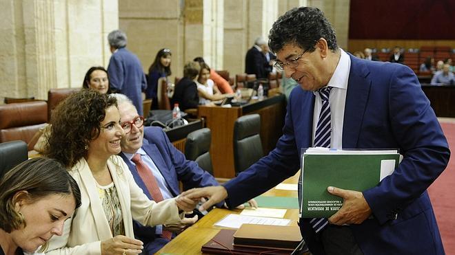 El Parlamento pide a Rajoy aplazar la deuda de 426 millones con la abstención del PP