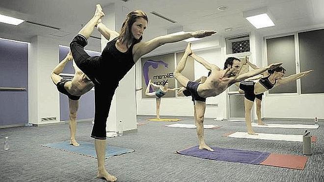Los amantes del yoga se citan en el centro de Málaga